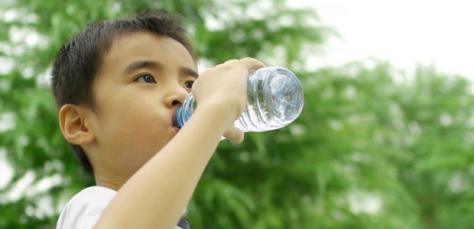 Tips Membiasakan Anak Minum Air Putih